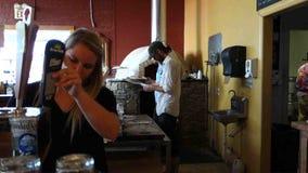Detrás de las escenas en pizzería ocupada metrajes