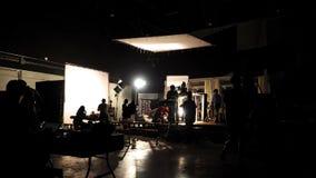 Detrás de las escenas de la silueta video del equipo del equipo de producción del tiroteo imagenes de archivo