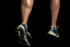 Detrás de las piernas de la mujer que funcionan con becerros Imagen de archivo libre de regalías