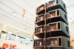 Detrás de los altavoces de audio y del sistema de sonido de los louds en pasillo fotos de archivo
