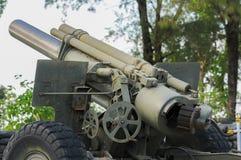 Detrás de 105 milímetros museo de las armas de la forma del cañón Fotos de archivo