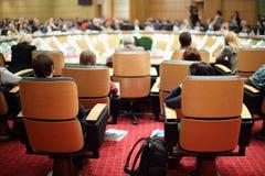 Detrás de sillas con los participantes Foto de archivo
