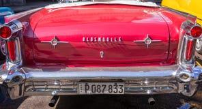 Detrás de un coche clásico rojo de Oldsmobile del americano Fotografía de archivo