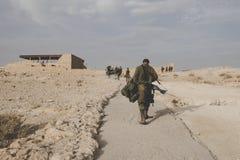 Detrás de un soldado del ejército israelí con los avíos en los ejercicios militares en las ruinas de la fortaleza Massada, Israel imagen de archivo libre de regalías