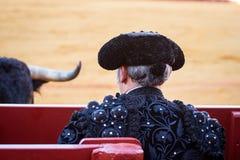 Detrás de un torero en la ropa negra que mira el toro imagen de archivo libre de regalías