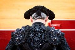 Detrás de un torero en ropa negra fotografía de archivo