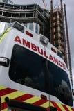 Detrás de una ambulancia con el fondo de la oficina Imagen de archivo libre de regalías