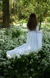 Detrás de una mujer joven que lleva un vestido blanco largo Imagen de archivo