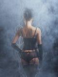 Detrás de una mujer joven y atractiva en ropa interior retra Foto de archivo libre de regalías