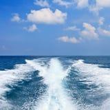 Detrás del barco de la velocidad fotos de archivo