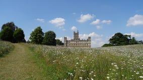 Detrás del castillo de Highclere en campo de flor Imagen de archivo libre de regalías