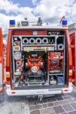Detrás del coche de bomberos en una demostración contraincendios fotos de archivo