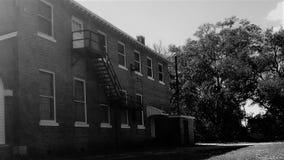 Detrás del edificio abandonado en blanco y negro Fotografía de archivo libre de regalías