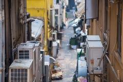 Detrás del edificio en callejón estrecho Foto de archivo