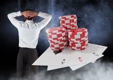 Detrás del hombre con las fichas de póker y los naipes del casino Imágenes de archivo libres de regalías