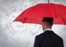 Detrás del hombre de negocios con el paraguas contra la pared blanca con el gráfico de la matemáticas y la capa del grunge fotografía de archivo libre de regalías