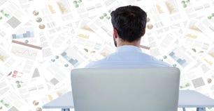 Detrás del hombre de negocios en el escritorio contra el contexto del documento Foto de archivo libre de regalías