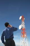 Detrás del hombre de negocios en el teléfono y la antena fotos de archivo libres de regalías