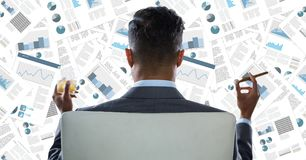 Detrás del hombre de negocios en la silla que mira el contexto del documento Fotografía de archivo