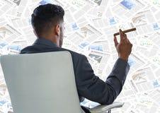 Detrás del hombre de negocios en la silla que mira el contexto del documento Foto de archivo