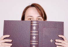 Detrás del libro Foto de archivo libre de regalías