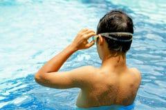 Detrás del muchacho adolescente en la piscina Imágenes de archivo libres de regalías