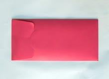 Detrás del sobre clásico del rosa en colores pastel con el espacio de la copia al texto de entrada Foto de archivo
