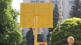 Detrás del soporte del baloncesto almacen de metraje de vídeo