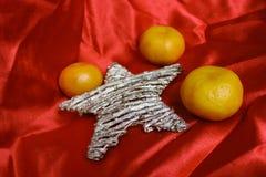 Detrás en URSS - mandarines, paño del escarlata y estrella como un símbolo de los nuevos días de fiesta soviéticos de los year' Imagen de archivo libre de regalías
