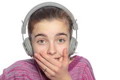 Detrás tomado adolescente con los auriculares Imagenes de archivo