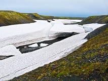 Detrital deposits för Snow i sommaren på nytt land Arkivfoton