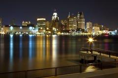 Detroit de stad in 's nachts stock fotografie