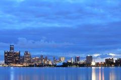 Detroit horisont från Belle Isle på natten Arkivbilder