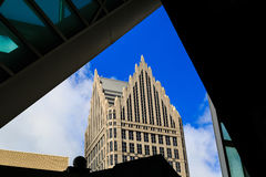 Detroit horisont med moderna och tappningbyggnader Arkivbild