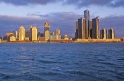 Detroit horisont på soluppgång från Windsor, Kanada Arkivfoton