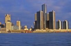Detroit horisont på soluppgång från Windsor, Kanada Arkivbild