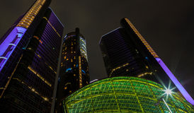Detroit i stadens centrum strandskyskrapa på natten Arkivbilder