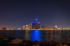 Detroit linia horyzontu przy nocą z bożonarodzeniowe światła Zdjęcia Stock