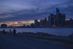 DETROIT, MI - 23 DE SETEMBRO DE 2015: Ideia da skyline de Detroit com t Fotos de Stock Royalty Free