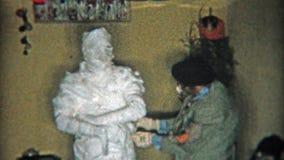 DETROIT, MICHIGAN 1956 : Costume de Halloween de maman et d'autres vieux costumes de timey clips vidéos