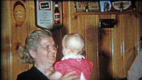 DETROIT, MICHIGAN 1953 : Les grands-parents tenant le bébé pendant la 1ère fois en bois ont lambrissé la pièce banque de vidéos