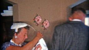 DETROIT, MICHIGAN 1957 : Mère dans la robe bleue de mode tenant le bébé nouveau-né banque de vidéos