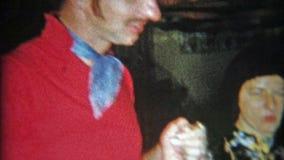 DETROIT, MICHIGAN 1956 : Partie adulte de Halloween avec le costume et d'autres de pirate banque de vidéos