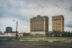 Detroit, Michigan, Vereinigte Staaten - 9. März 2018: Ansicht der Tempel-Straße mit Tempel-Hotel im Bürsten-Park und der Stadtmit stockfoto