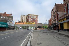 DETROIT, MICHIGAN, VEREINIGTE STAATEN - 22. Mai 2018: Detoit-Großraumlimousine kreuzen eine Straße in Greektown Das erhöhte stockfoto