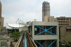 DETROIT, MICHIGAN, VEREINIGTE STAATEN - 22. Mai 2018: Reiten der ` Detroit-Großraumlimousine ` Straßenbahn in Detroit-Stadtzentru lizenzfreie stockbilder