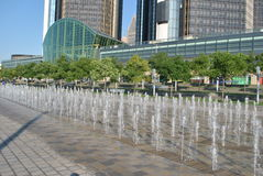 Detroit nadbrzeża rzeki fontanna przy GM placem Zdjęcia Stock
