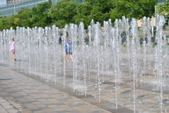 Detroit nadbrzeża rzeki fontanna przy GM placem Obraz Stock