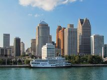 Detroit Princess riverboat cumujący Detroit Riverwalk Detroit miasta nadbrzeża rzeki w centrum pejzaż miejski przeglądać przez rz obraz stock