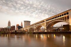 Detroit przełożonego most nad Cuyahoga śródmieścia i rzeki linią horyzontu w Cleveland zdjęcie stock